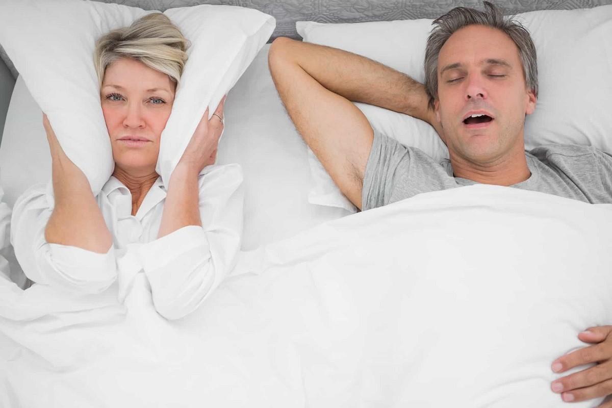 γυναίκα που δεν μπορεί να κοιμηθεί από το ροχαλητό του άντρας της