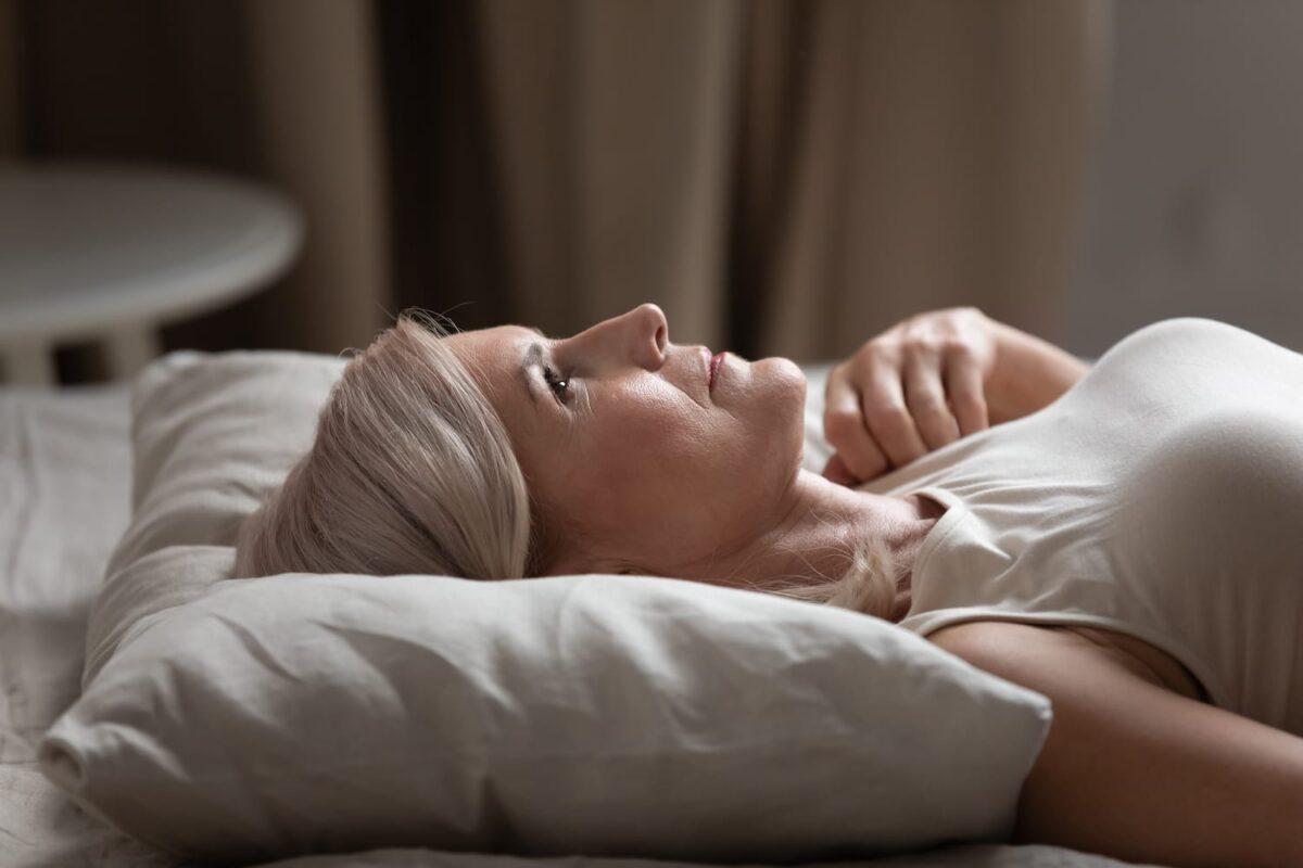 γυναίκα που είναι ξαπλωμένη και δεν μπορεί να την πάρει ύπνος