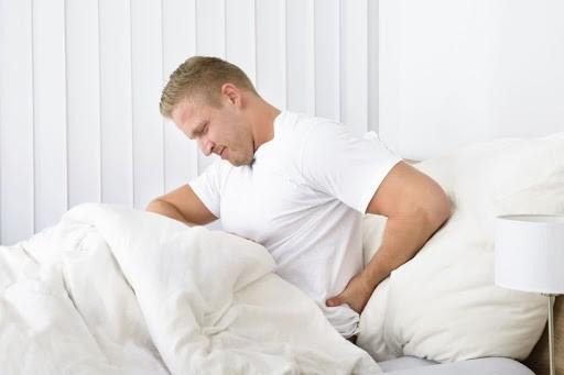 άνδρας που τον πήρε ο ύπνος και ξύπησε με πόνο στην μέση