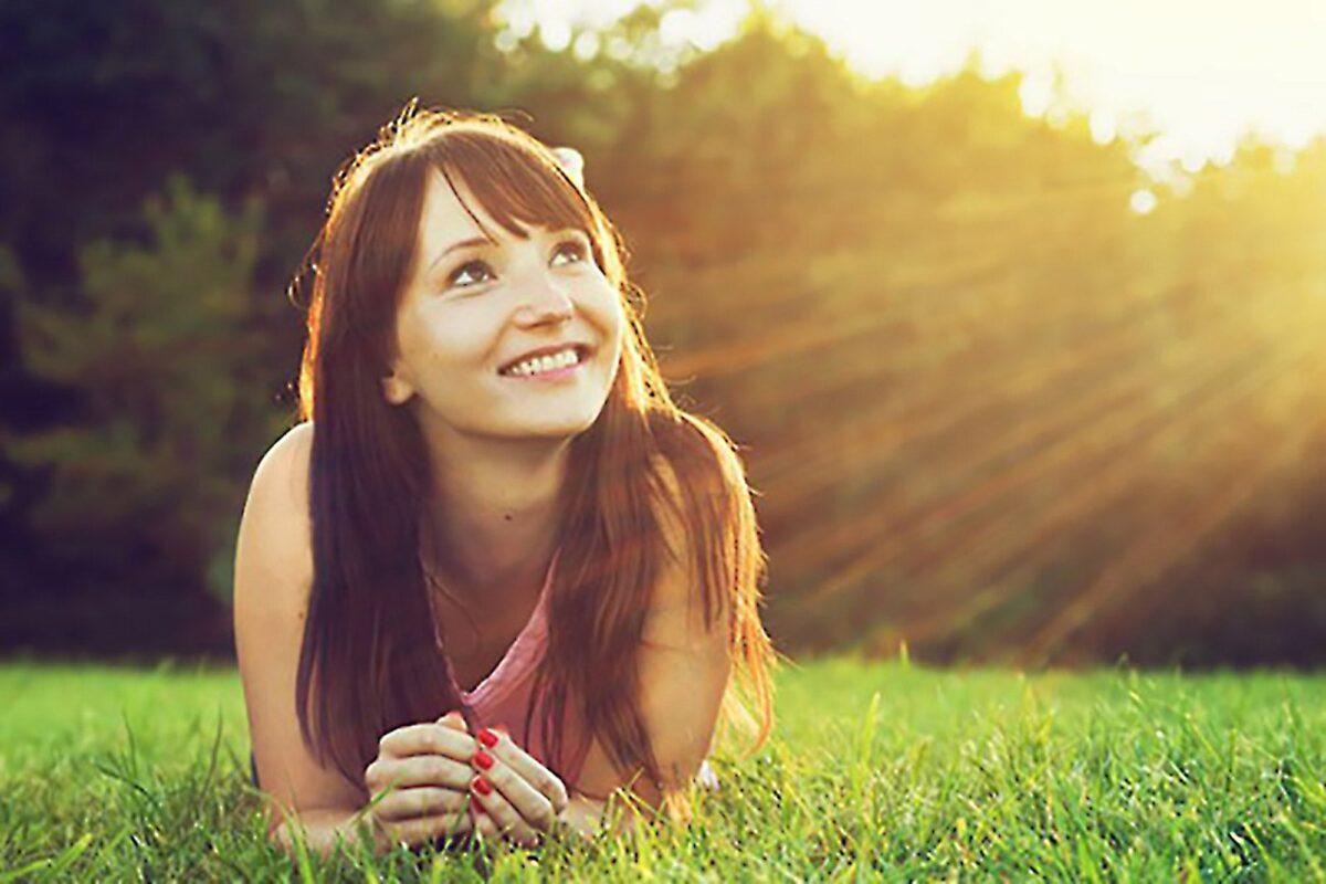 Νεαρή γυναίκα που χαμογελά με αισιοδοξία