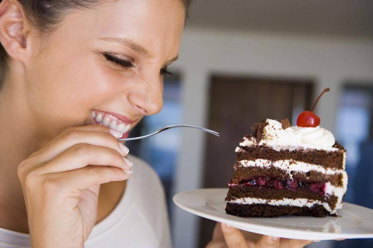 γυναίκα που έχει βάλει τα γλυκά στην διατροφή της