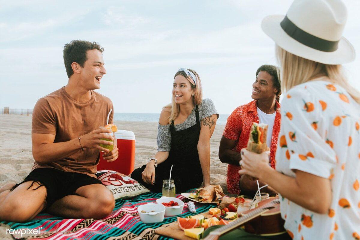 οικογένεια τρώει κατάλληλη διατροφή για την παραλία