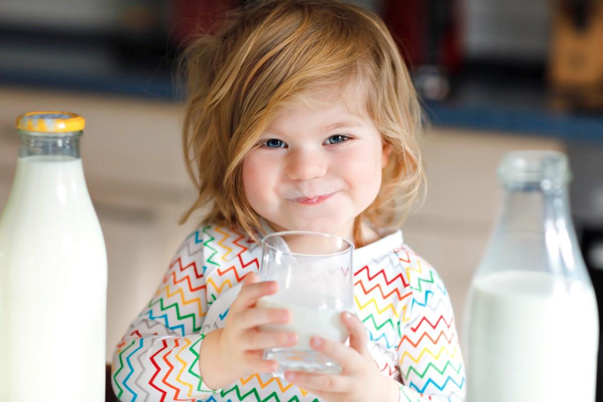 μικρό κοριτσάκι πίνει γάλα
