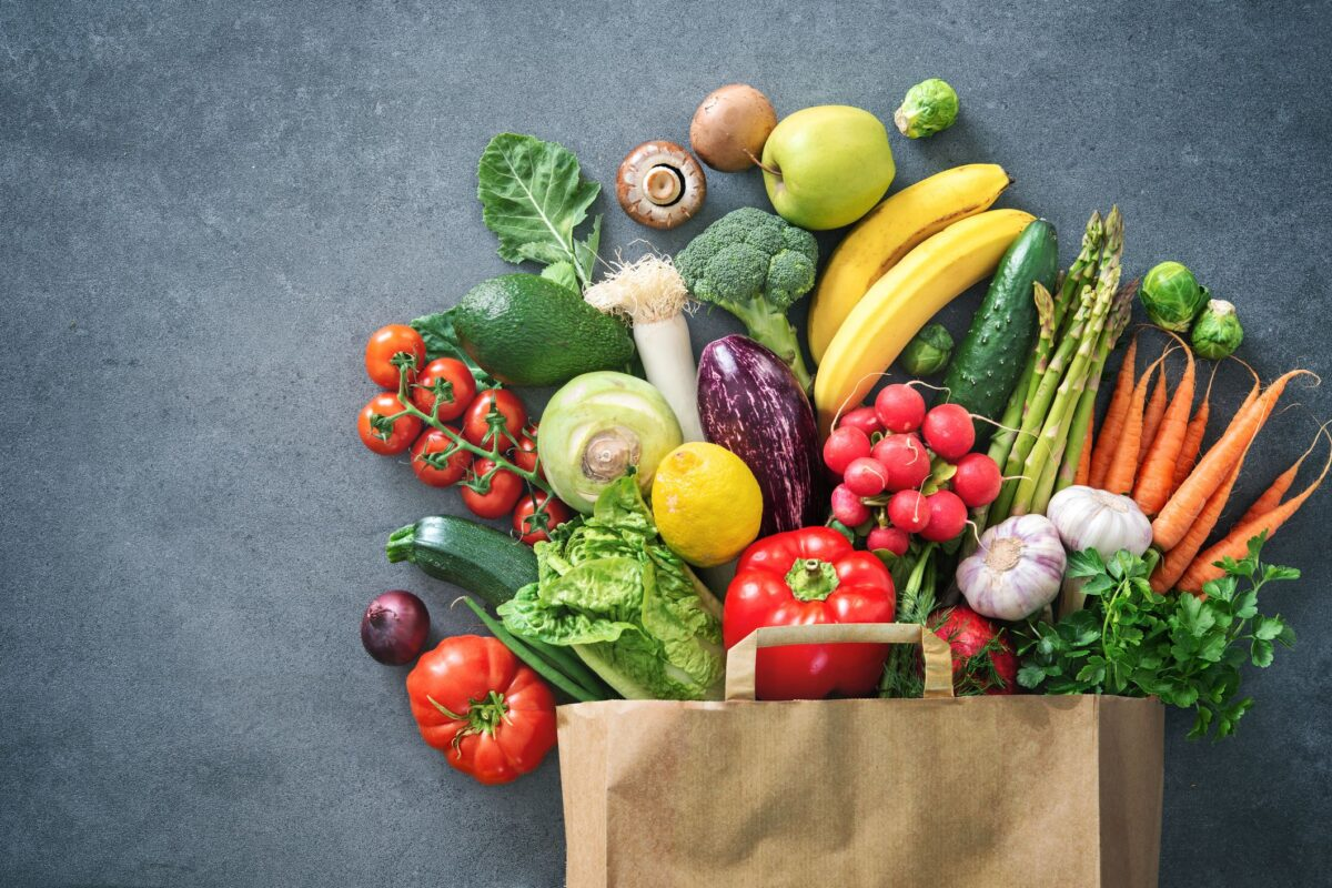 μια σακούλα γεμάτη με φρούτα και λαχανικά