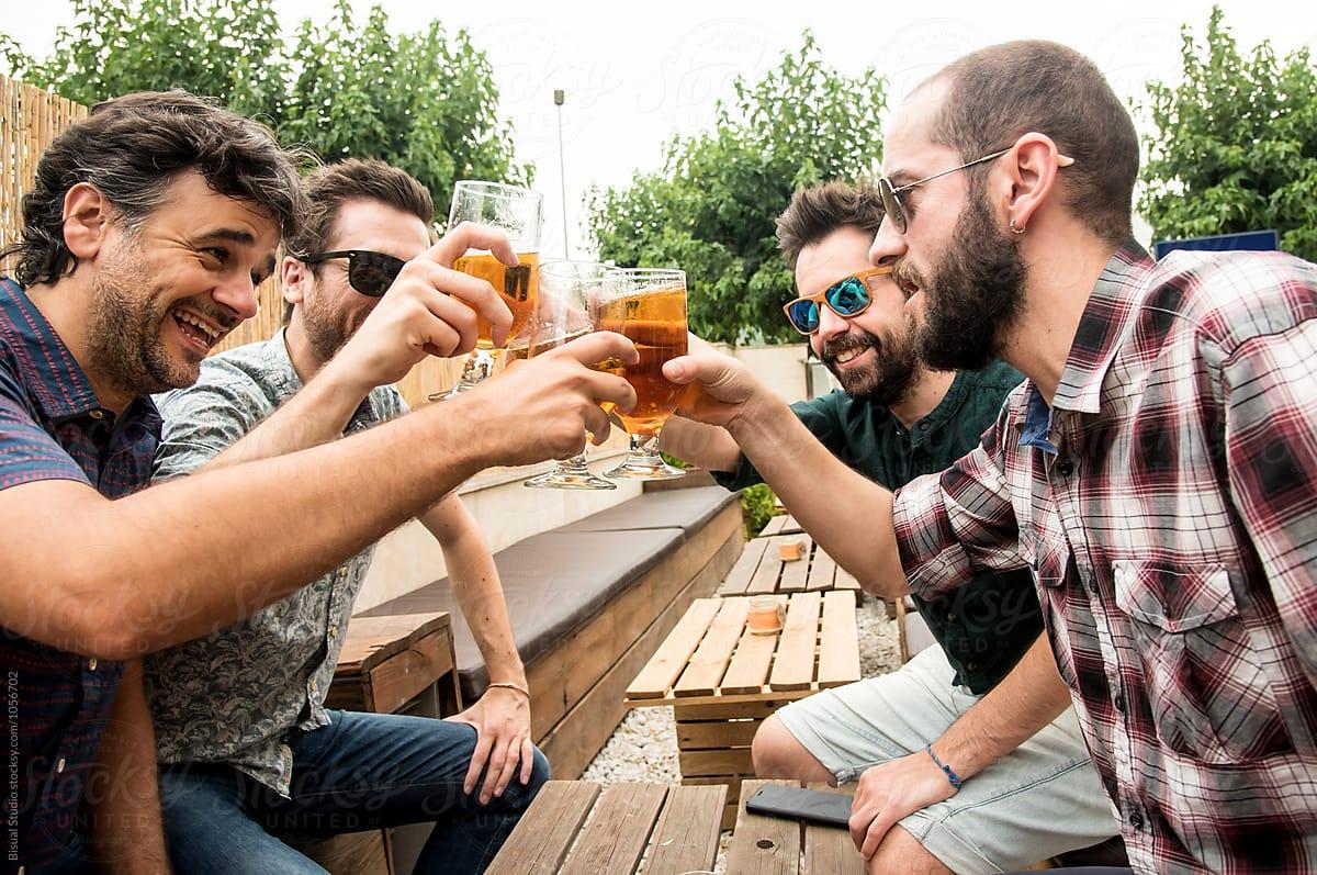 φίλοι πίνουν μπύρα