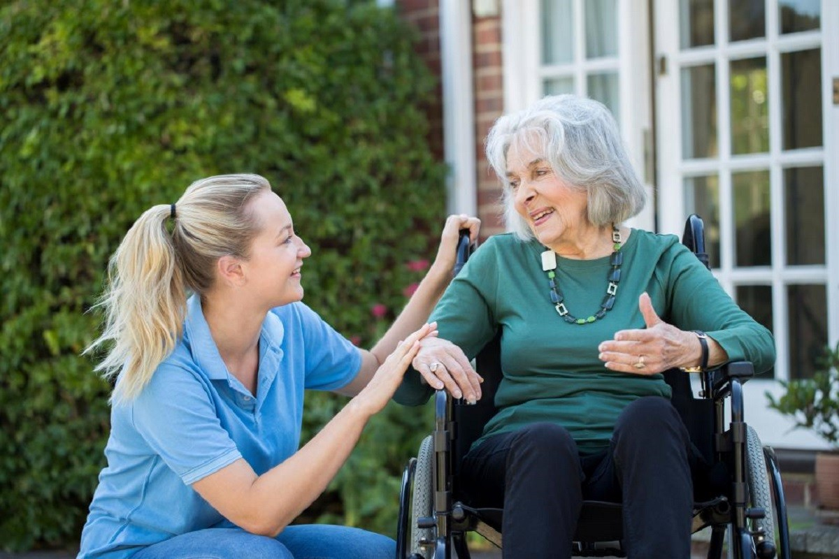 νοσοκόμα με ασθενή που έχει σκλήρυνση κατά πλάκας